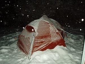Det är varmare inne i tältet som tur är.